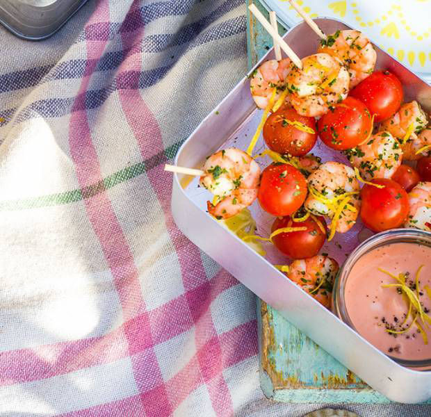 Prawn cocktail skewers with a spicy mayonnaise dip