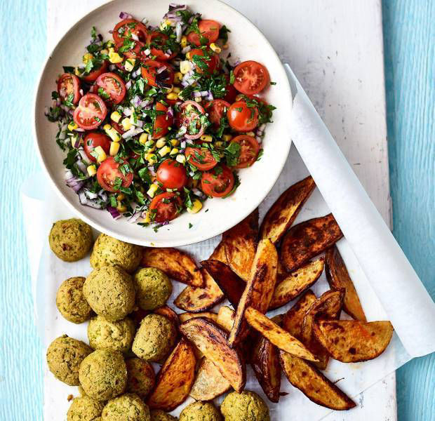 Vegan nuggets with spicy wedges and tomato salad