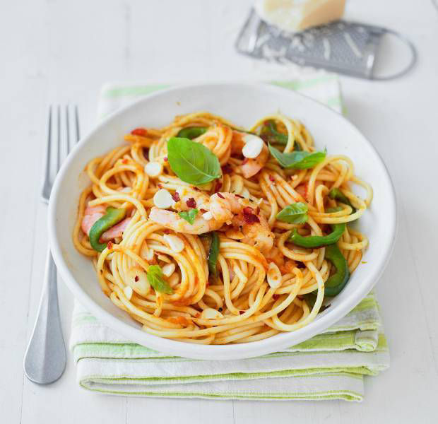 Spaghetti with prawns and peppers